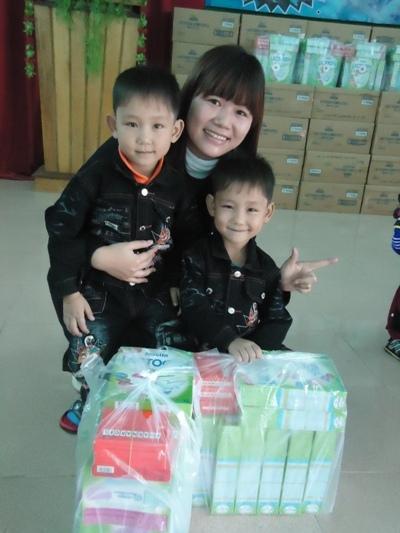 發放奶粉給營養不良孩童.JPG