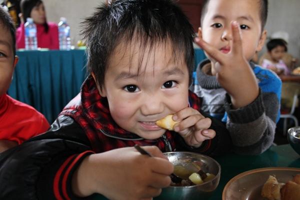 達克隆全部孩子第一次吃到咖喱和法國面包.jpg