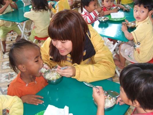 達克隆孩童在校用營養午餐1.JPG