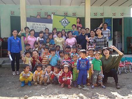 志工團跟全校孩童和老師合照
