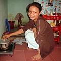 小瀛在房間里做飯.jpg