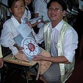 發助學金和雨衣給醫療助學孩子