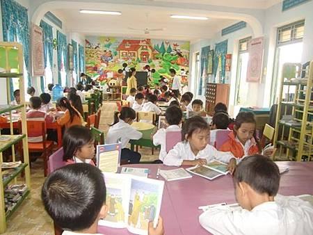 學生在閱讀室看書