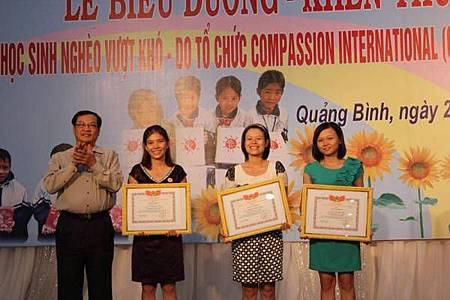 Nhận bằng khen do Sở LĐTB&XH Quảng Bình trao tặng nhân viên Văn phòng