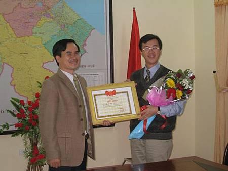 Sở Ngoại vụ tỉnh Quảng Trị trao bằng khen cho Chủ tịch C.I
