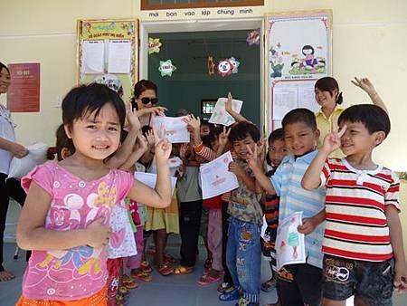 Chào mừng các cô các bác ở Đài Loan đến thăm trường con1