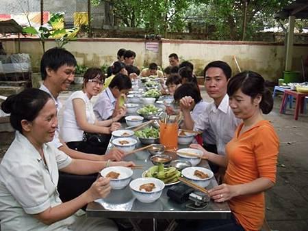 Cán bộ C.I và đối tác phối hợp tổ chức bữa ăn dinh dưỡng cho các cháu