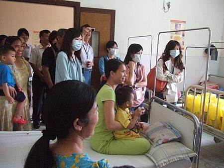 認養人團去醫院探視病童2