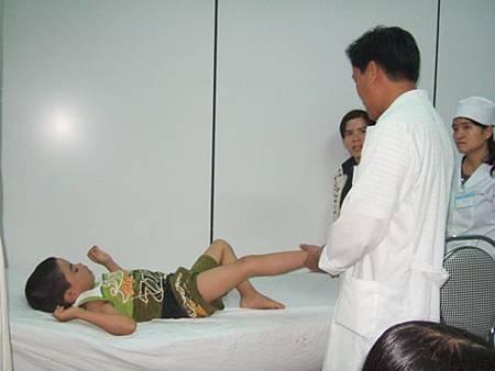 醫生給病童看病2