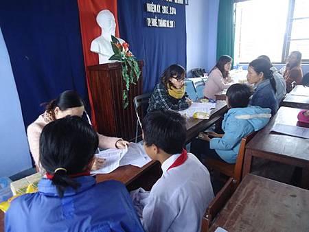 工作站人員與孩童和家長面談了解家境和學習狀況 (1).JPG
