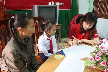 工作站人員與孩童和家長面談了解家境和學習狀況.jpg