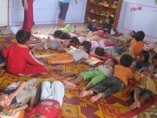 孩童在草席上睡覺 (1).jpg