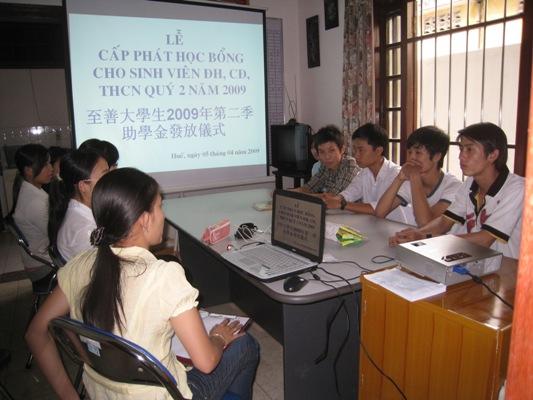 大學生2009年第二季助學金發放儀式.jpg