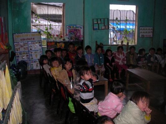 孩童在舊教室上學.JPG