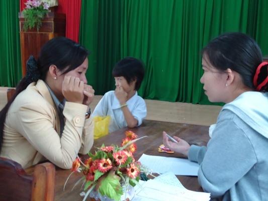 母親傷心地跟越南工作站員工陳述家庭背景.JPG