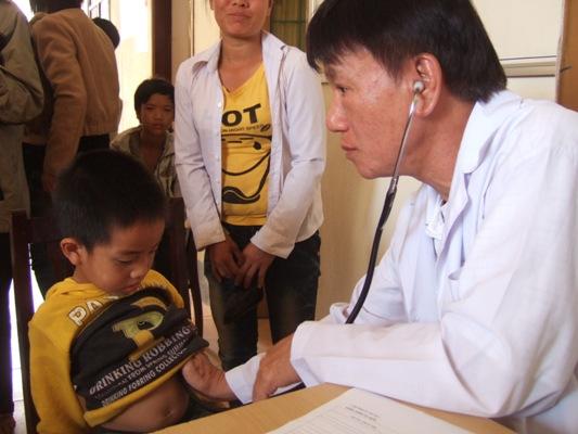 醫生為心臟病孩童檢查.JPG
