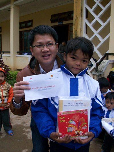 anh 10 主任贈送禮物給達克龍有效孩童.JPG