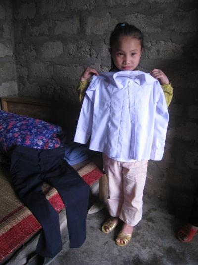 孩童使用至善提供的布料做成一套漂亮的制服.jpg