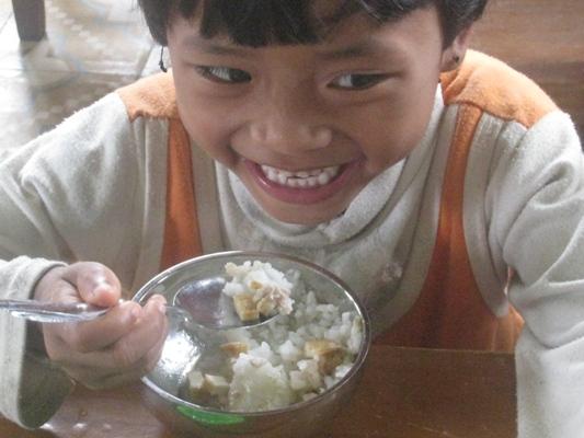 孩童在校用午餐.jpg