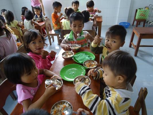 孩童快樂在校用午餐 (1).JPG