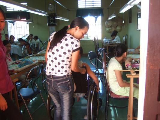 同學幫忙推輪椅.JPG