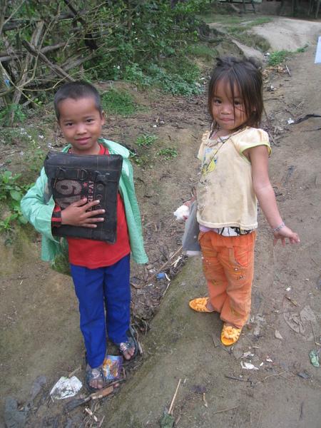 原住民孩童帶飯上課.jpg
