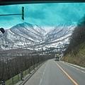 第二天-小樽出發前往十勝幕別溫泉飯店途中看到山上的雪景(2).jpg