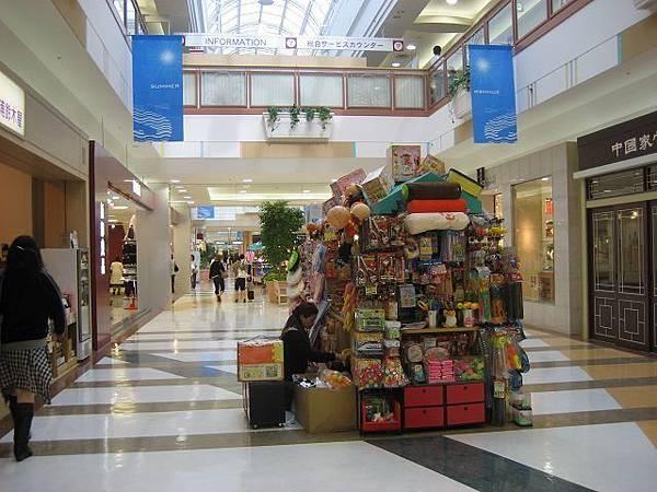 第八天-大家高高興興的前往成田華盛頓飯店附近的EON shopping mall 將家人的禮物買齊(2).jpg