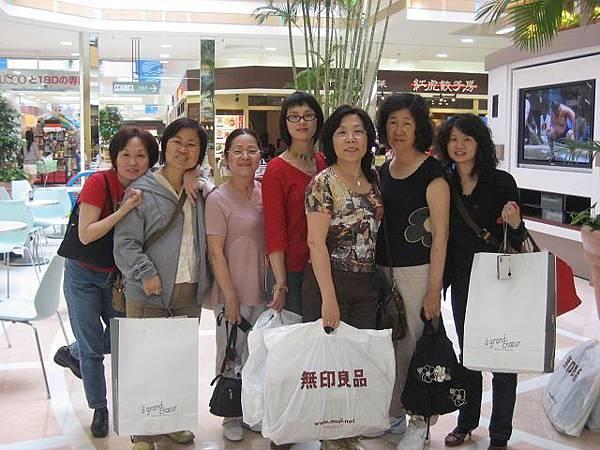 第八天-大家高高興興的前往成田華盛頓飯店附近的EON shopping mall 將家人的禮物買齊(1).jpg