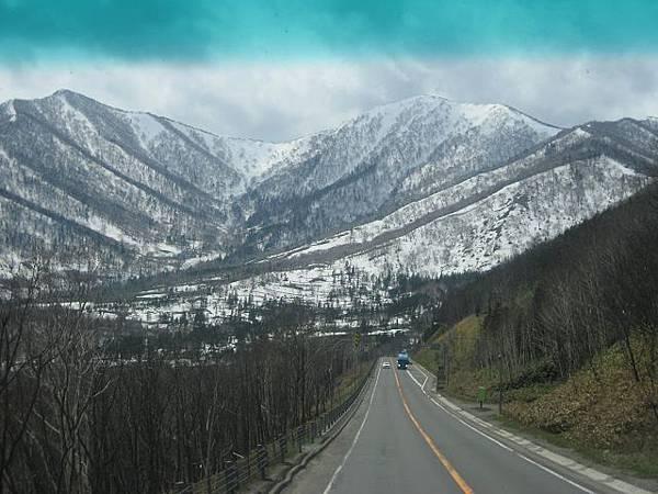 第二天-小樽出發前往十勝幕別溫泉飯店途中看到山上的雪景(3).jpg