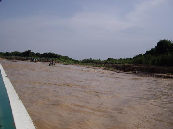 60_2008042708_洞里薩湖_黃澄澄的湖水.JPG