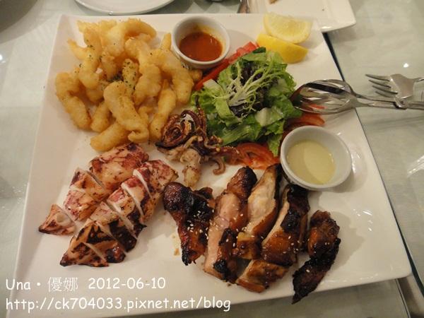 海陸拼盤-整隻的鮮烤透抽,蜜汁肉厚的照燒雞腿,香酥美味鮮鯰魚