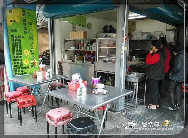 商華市場招牌下的無名麵攤
