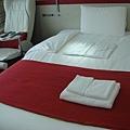 飯店床舖(旁邊還有按摩椅)