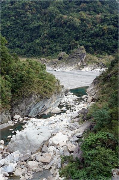 慕谷慕魚:[花蓮爆點一日遊]花蓮 慕谷慕魚~大山大石綠湖水