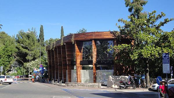 1167.Budva-路旁漂亮的咖啡店