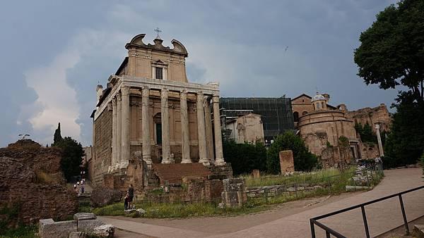 DSC01935.Tempio di Antonino e Faustina