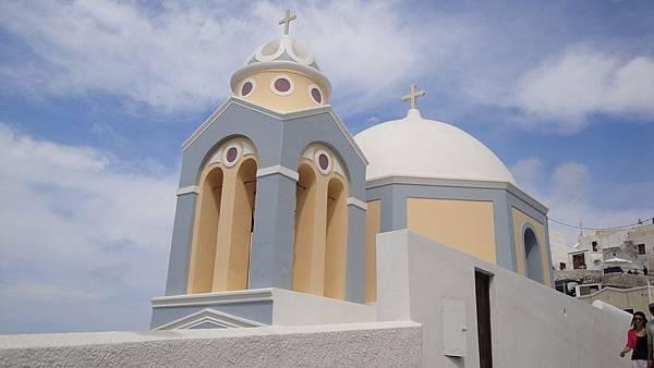 2032.我們從 Fira 步行往 Firostefani  尋找藍色圓頂教堂  這個不知名的教堂也很漂亮  配上藍天白雲  好像一幅畫
