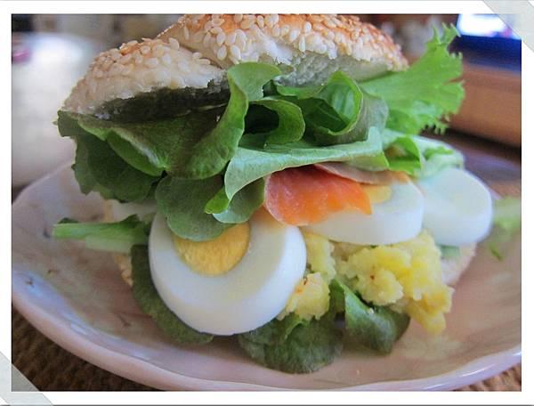 燻鮭魚蛋沙拉貝果