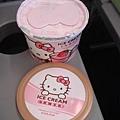 還有很粉很粉的草莓冰淇淋