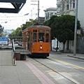 在Castro站外等著坐F Line