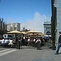 一大堆人享受著陽光用餐