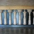奇特的一排柱子...