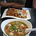 上面是Diana點的Pad Thai ($8.95), 下面是我點的Osha Tom Yum Noodle Soup ($9.95)