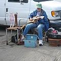 彈著自製吉他.操控著自製木偶.自得其樂ing的老婦人