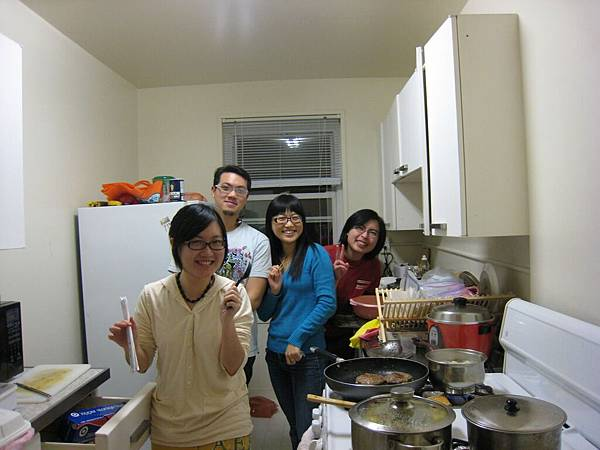 一堆人在小小的廚房裡手忙腳亂