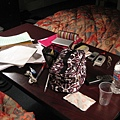 電視機旁邊的桌子被搬到我跟Masako的床中間...