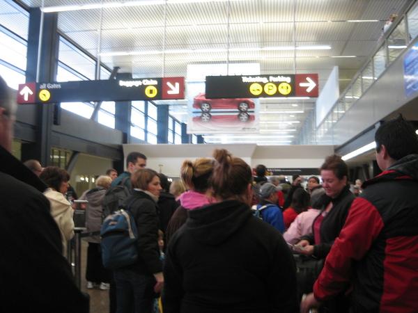 機場裡等著過Security的旅客們