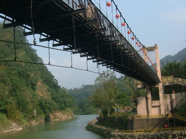 前往十分瀑布的吊橋.JPG