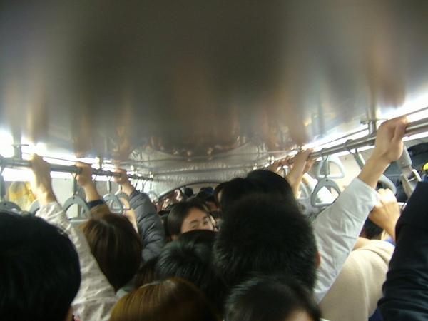 超擁擠的車廂....JP